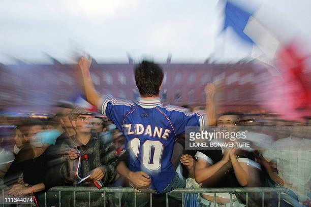 French football fans jubilate, 05 July 2006, after French football team captain Zinedine Zidane scored the first goal are they are gathered in...