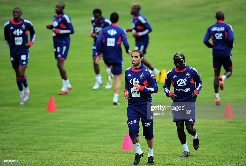 French football national team defender Marc Planus (C) and Bakary Sagna run during a training session, in Knysna, South Africa, on June 6, 2010 ahead of the start of the 2010 World Cup football tournament.