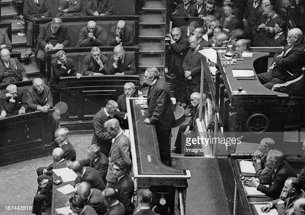 French Foreign Minister Aristide Briand in a speech About 1929 Photograph Der französische Außenminister Aristide Briand bei einer Rede Um 1929...