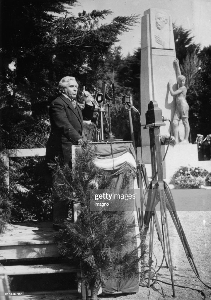 French Foreign Minister Joseph Paul Boncour at the unveiling of the monument to Aristide Briand in Trebeurden/Bretagne. 1933. Photograph. (Photo by Imagno/Getty Images) Der französische Außenminister Joseph Paul-Boncour bei der Enthüllung des Denkmals für Aristide Briand in Trébeurden/Bretagne. 1933. Photographie.