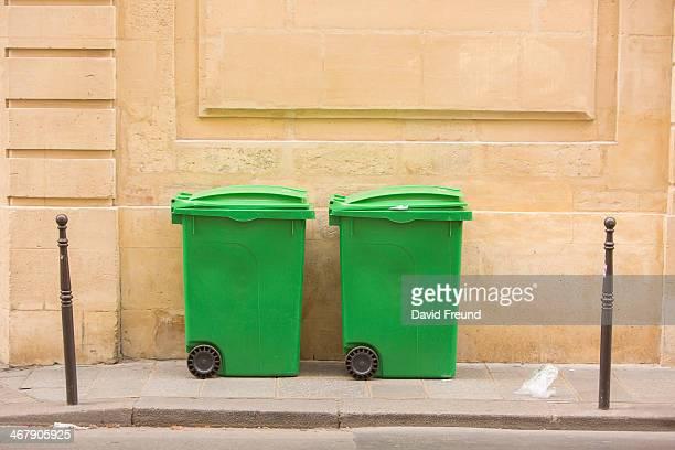 french garbage bins - jetée photos et images de collection