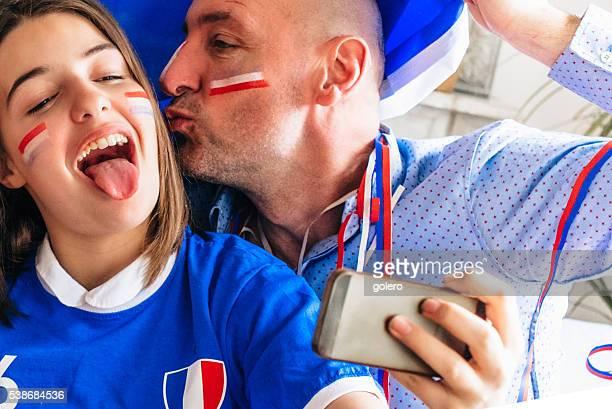 フランスの女の子と父親セルフィを撮っているのサッカーファンアウト