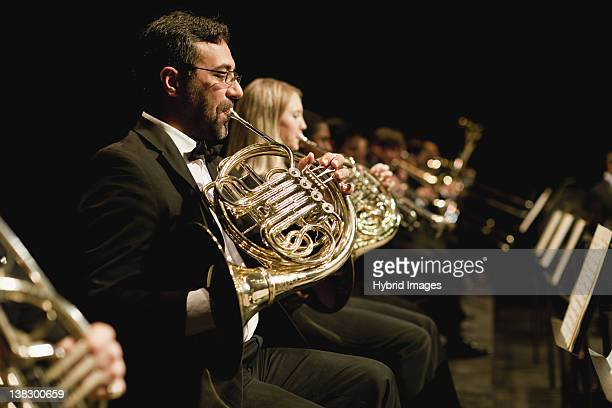 french horn players in orchestra - orquestra - fotografias e filmes do acervo