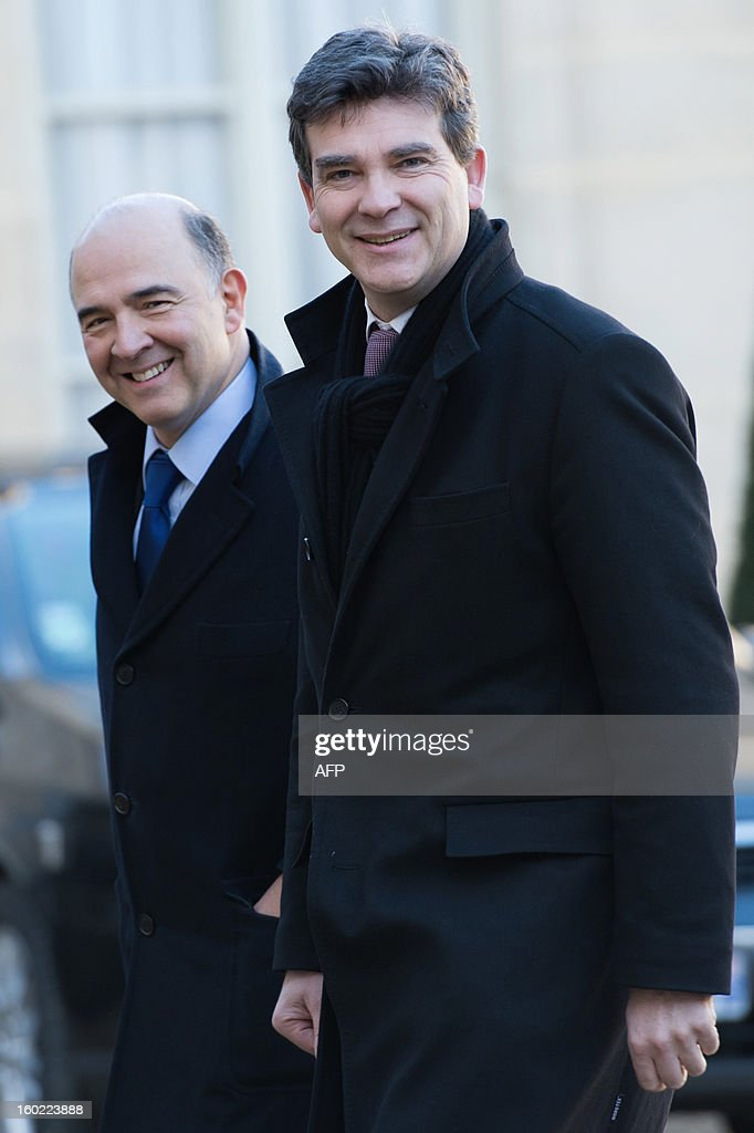 French Industrial Renewal Minister Arnaud Montebourg (R) and French Economy, Finance and Foreign Trade Minister, Pierre Moscovici arrive at the Elysee presidential palace in Paris on January 28, 2013.