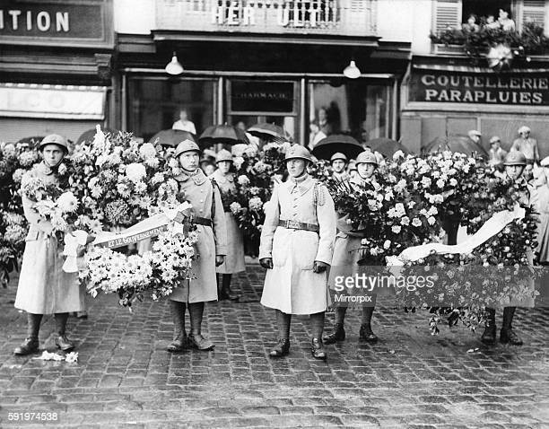 French Infantrymen with wreaths waiting to join the funeral cortage at Beauvais after the R101 Airship tragedy in France October 1930 P004032