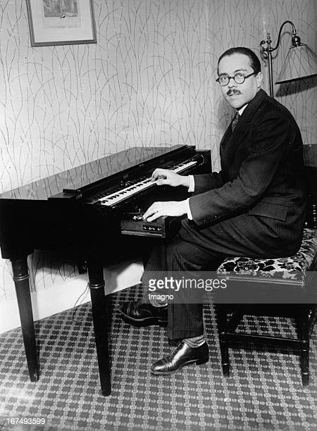 French inventor Maurice Martenot with his analogue electronic musical instrument. 21st January 1931. Photograph. Der französische Erfinder Maurice...