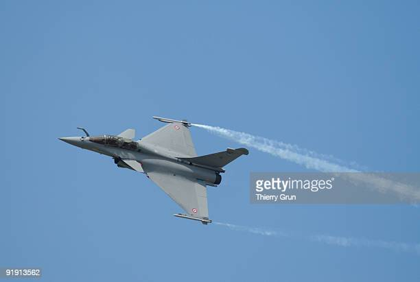 french jet fighter in flight - dassault rafale stock pictures, royalty-free photos & images