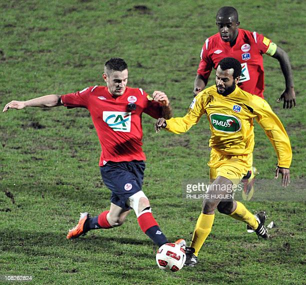 French L1 football club Lille's French midfielder Mathieu Debuchy vies with French  amateur football league CFA2