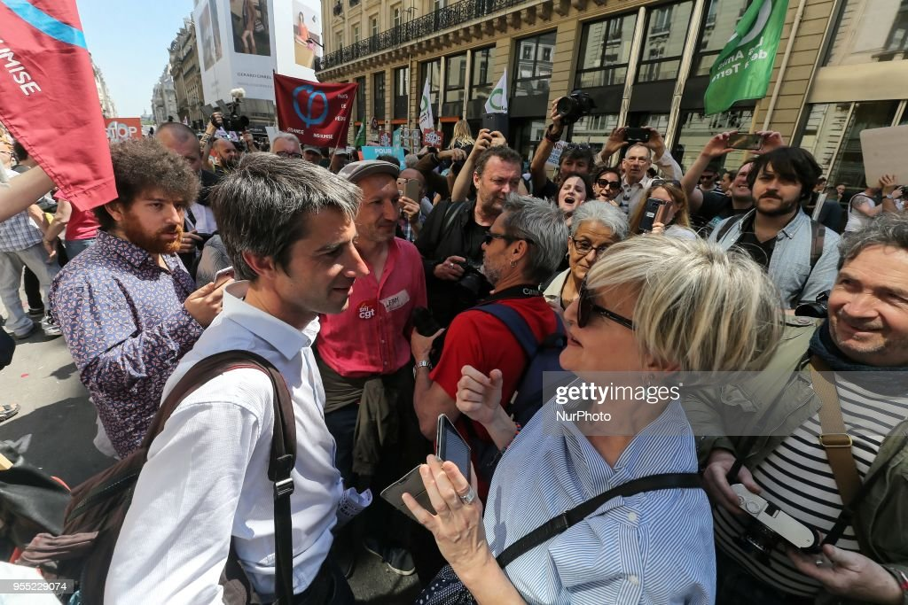 "French leftist party ""La France Insoumise"" MP Francois Ruffin (C) speaks with demonstrators during a protest dubbed a ""Party for Macron"" (Fete a Macron) against the policies of the French President on the first anniversary of his election, on May 5, 2018, in Paris."