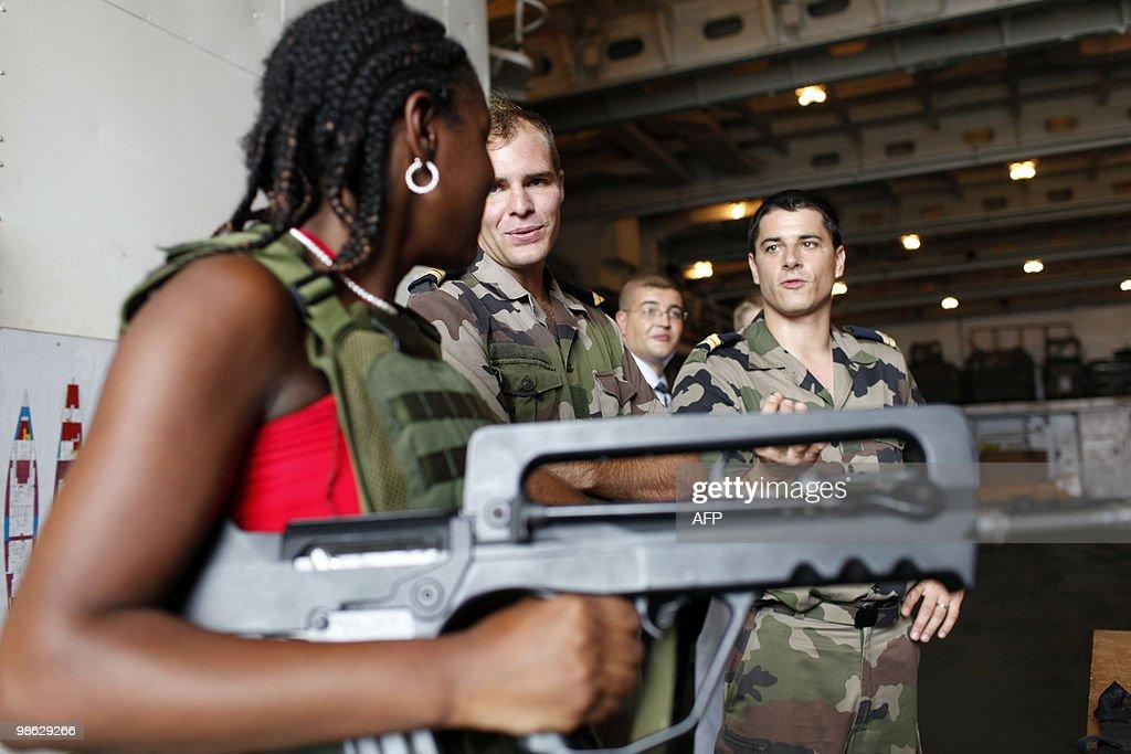A French Marine soldier gives explanatio : Nieuwsfoto's