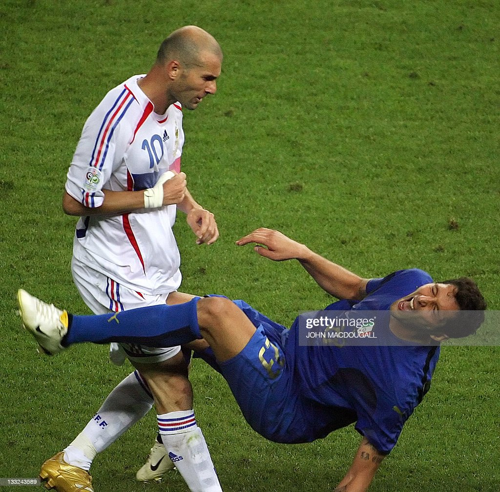 French midfielder Zinedine Zidane (L) ge : News Photo