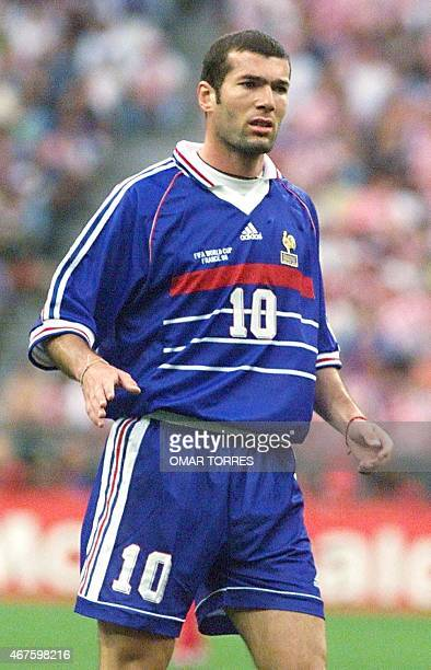 French midfielder Zinedine Zidane looks upfield 08 July during the 1998 Soccer World Cup semifinal match between France and Croatia at the Stade de...