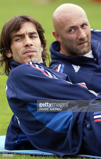 French mildfielder Robert Pires and French goalkeeper Fabien Barthez participate in a training session 27 June 2003 in Clairefontaine near Paris,...