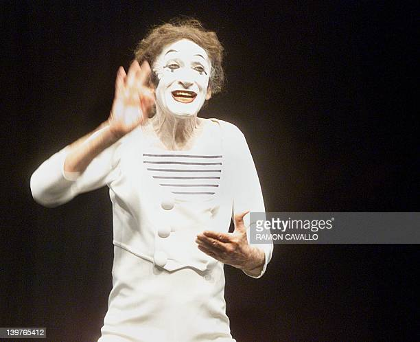 French mime Marcel Marceau performs at the openair Hidalgo Garden theater in Mexico City 28 May 2000 Hundreds of people attended the performance in...
