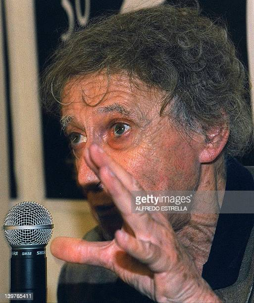 French Mime Marcel Marceau speaks in a press conference upon his arrival in Mexico City 16 May 2000 El mimo frances Marcel Marceau habla en una...