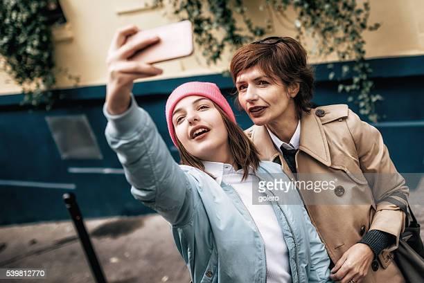 Französische Mutter und Tochter ein selfie aufnehmen auf die Straßen von Paris