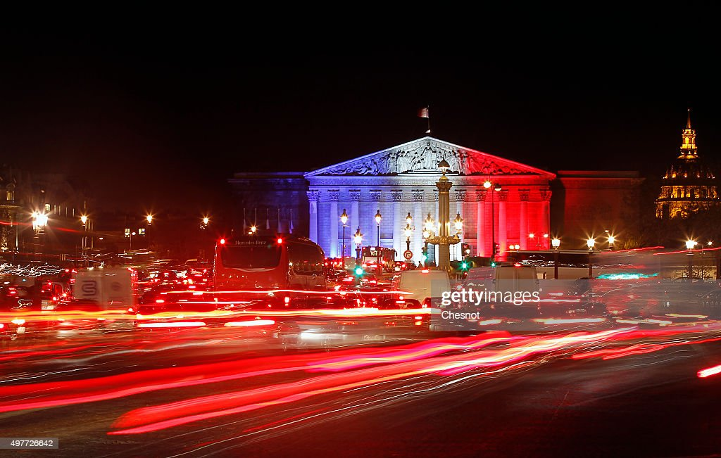 Paris Turns Blue, White and Red For Victims Of Friday's Terrorist Attacks : Photo d'actualité