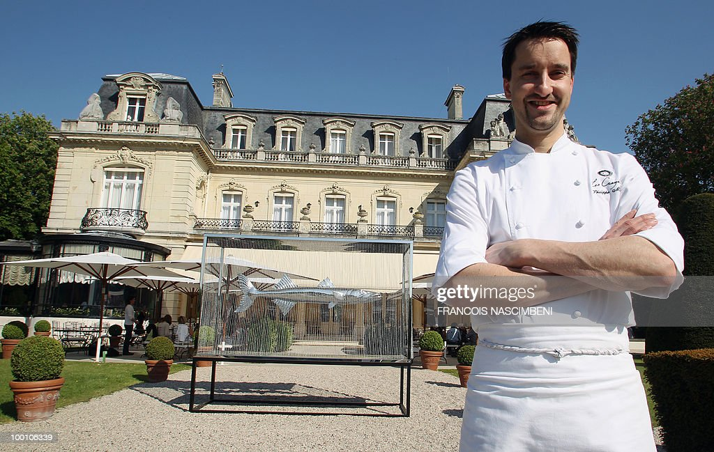 'REIMS: LE NOUVEAU CHEF DES CRAYERES EN QUETE DES ETOILES PERDUES' - French new chef of the restaurant 'Les Crayeres', Philippe Mille, 35, prepares asparagus on May 20, 2010 in front of his restaurant in Reims, northeastern France. Mille succeeds to French chef Didier Elena, holder of two stars in the French famous gastronomy guide Michelin.
