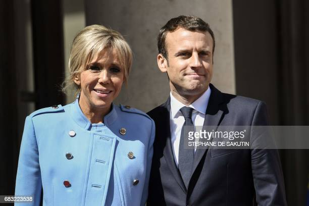 TOPSHOT French newly elected President Emmanuel Macron poses with his wife Brigitte Trogneux at the Elysee presidential Palace after the handover and...