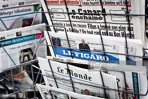 french newspapers on a newsstand, figaro and le monde - french culture stock photos and pictures