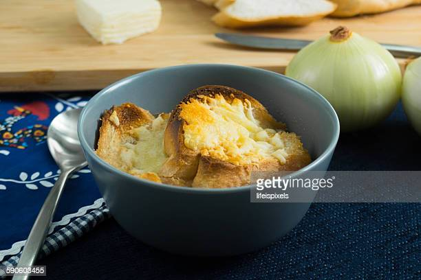 french onion soup with toasted bread and cheese - lifeispixels photos et images de collection