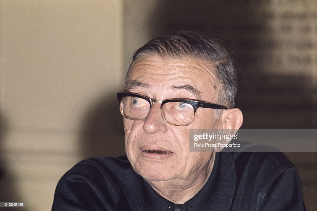 IDA Y VUELTA 28/07: Lecciones de historia French-philosopher-and-writer-jeanpaul-sartre-pictured-attending-a-picture-id646346149