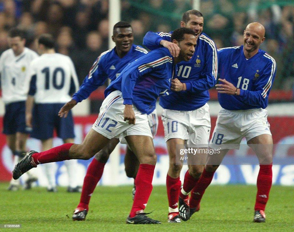 French players Frank Leboeuf (R), Zinedine Zidane : News Photo