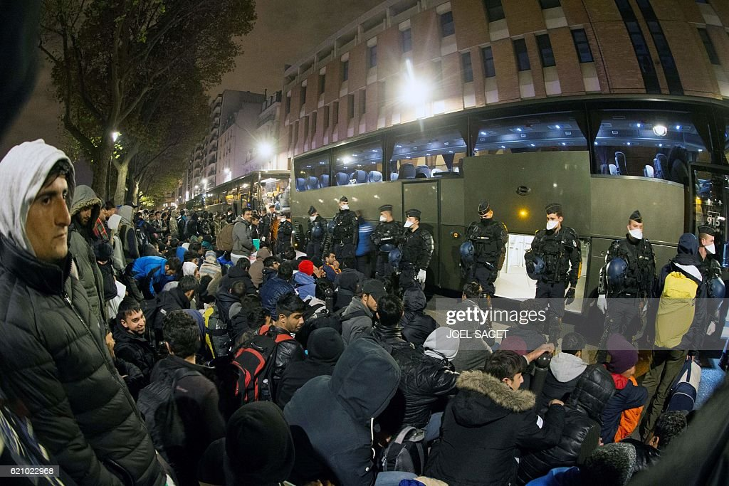 FRANCE-EUROPE-MIGRANTS-POLICE-EVACUATION : News Photo