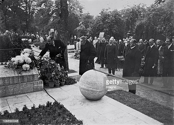 French politician Aristide Briand at the grave of his german counterpart Gustav Stresemann Left the french ambassador in Berlin Andre FrancoisPoncet...