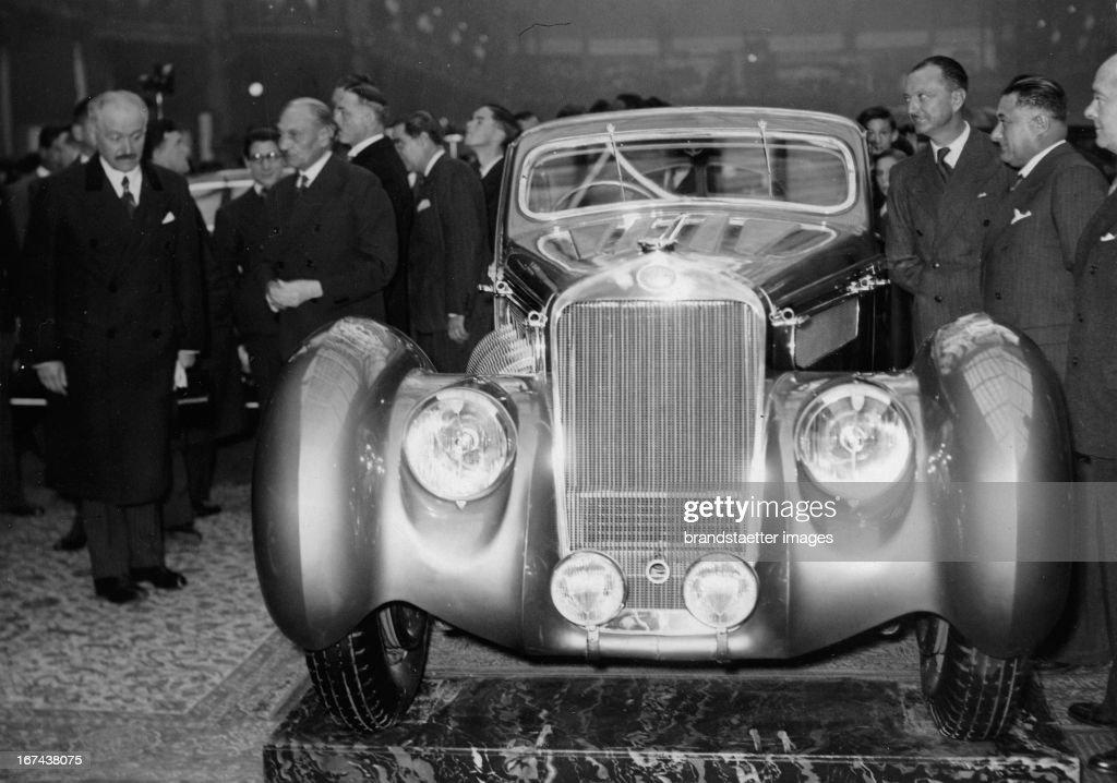 French President Albert Lebrun admires a car at the auto show. France. Photograph. About 1930. (Photo by Imagno/Getty Images) Der französische Staatspräsident Albert Lebrun bewundert ein Automobil auf der Automesse. Frankreich. Photographie. Um 1930.