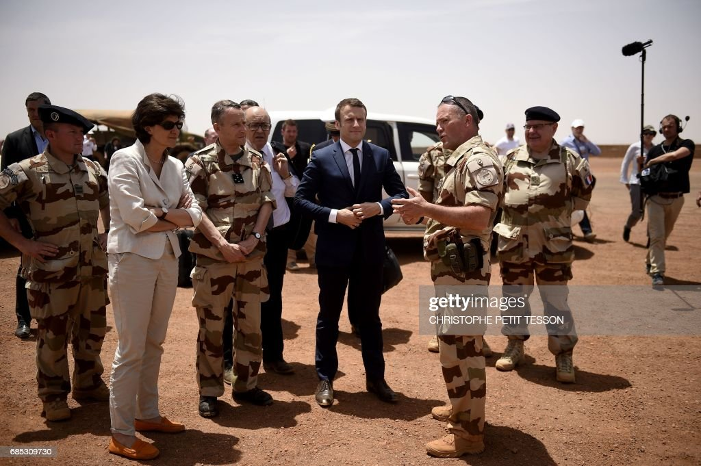 French President Emmanuel Macron (C) and Defence minister Sylvie Goulard (2-L) visit the troops of France's Barkhane counter-terrorism operation in Africa's Sahel region in Gao, northern Mali, on May 19, 2017. French President Emmanuel Macron arrived on May 19 in conflict-torn Mali to visit French troops fighting jihadists on his first official trip outside Europe since taking power. /