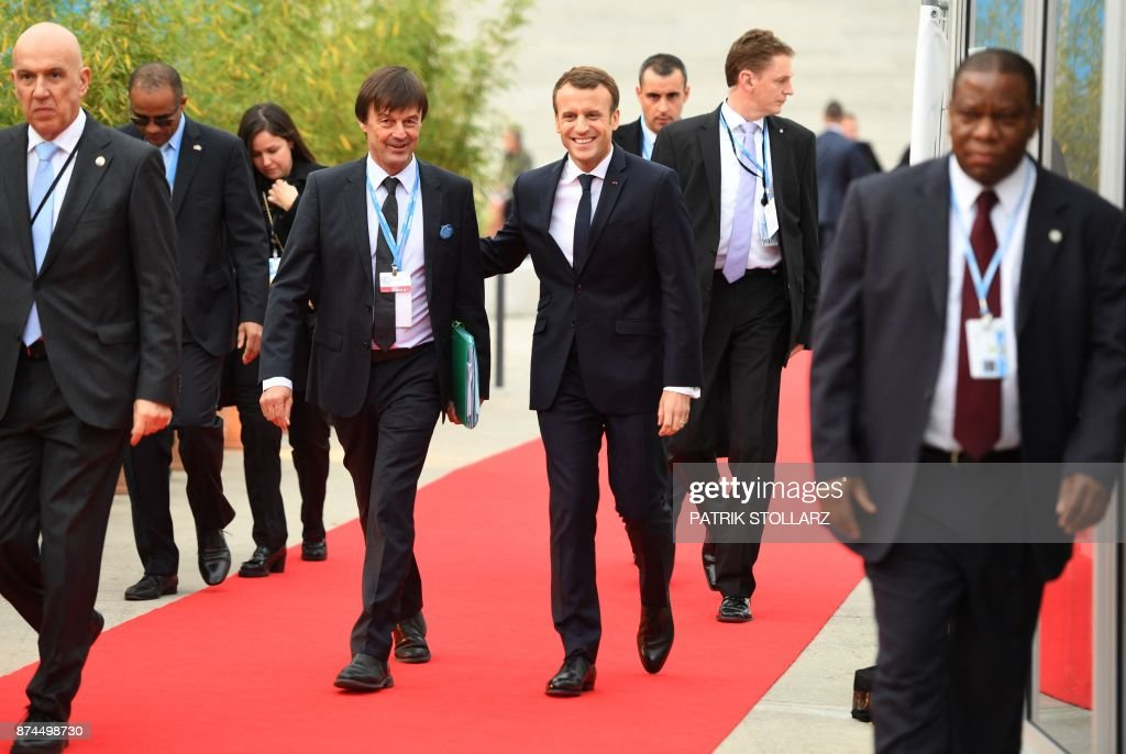 TOPSHOT - French President Emmanuel Macron (C-R) and French Minister for the Ecological and Inclusive Transition Nicolas Hulot (C-L) arrive to attend the UN conference on climate change (COP23) on November 15, 2017 in Bonn, western Germany. / AFP PHOTO / Patrik STOLLARZ
