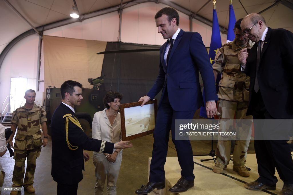 French President Emmanuel Macron (C) leaves the rostrum after making his speech during his visit to the troops of France's Barkhane counter-terrorism operation in Africa's Sahel region in Gao, northern Mali, on May 19, 2017. French President Emmanuel Macron arrived on May 19 in conflict-torn Mali to visit French troops fighting jihadists on his first official trip outside Europe since taking power. /