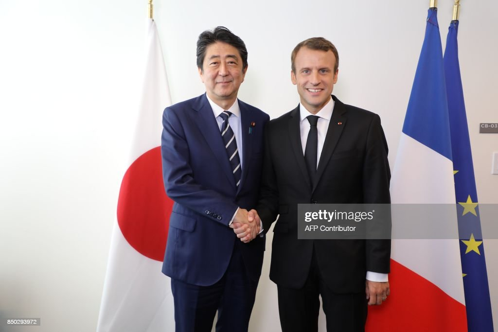 ¿Cuánto mide Shinzo Abe? - Real height French-president-emmanuel-macron-shakes-hands-with-japanese-prime-picture-id850293972