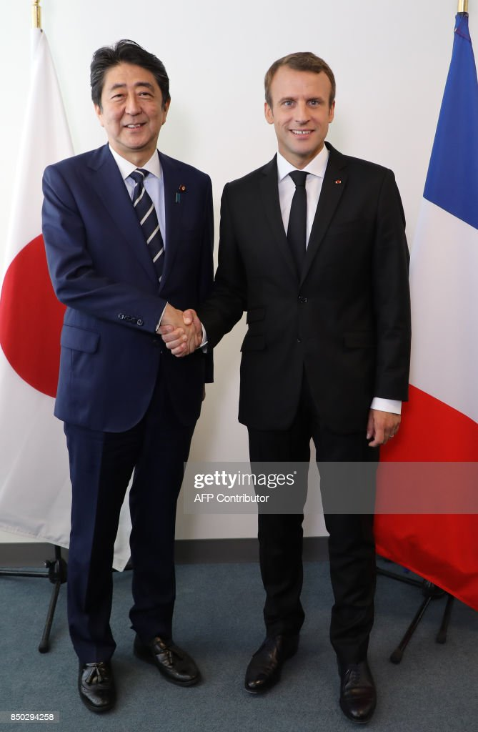 ¿Cuánto mide Shinzo Abe? - Real height French-president-emmanuel-macron-shakes-hands-with-japanese-prime-picture-id850294258