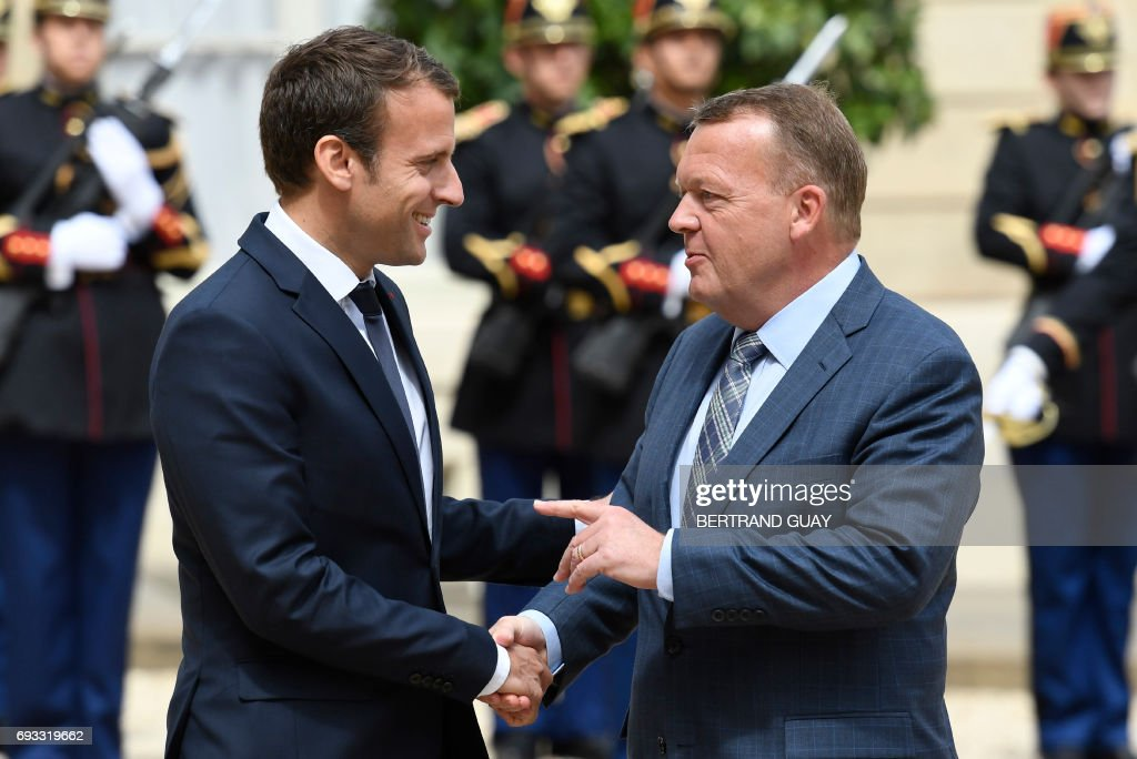 French president Emmanuel Macron (L) welcomes Denmark's Prime minister Lars Lokke Rasmussen prior to a meeting, on June 7, 2017 at the Elysee palace in Paris. / AFP PHOTO / bertrand GUAY