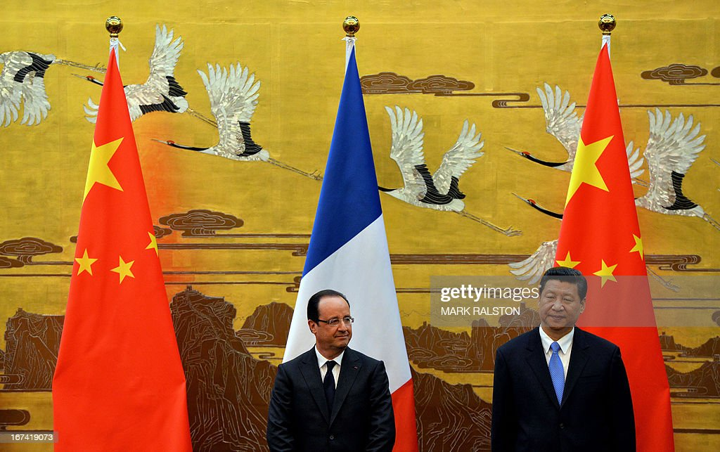 French President Francois Hollande (L) and Chinese President Xi Jinping (R) take part in a joint declaration ceremony at the Great Hall of the People in Beijing on April 25, 2013. Hollande, accompanied by a high-powered business delegation, started a two-day visit to China, with trade rather than geopolitics at the top of the agenda. AFP PHOTO / POOL / Mark RALSTON