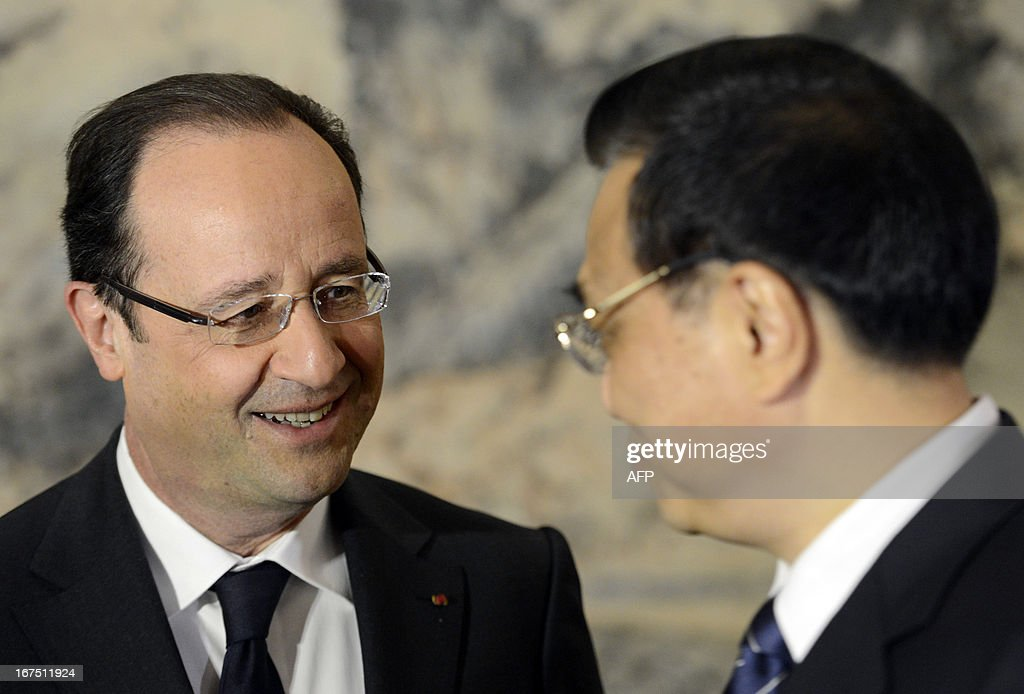 French President Francois Hollande (L) chats to Chinese Premier Li Keqiang at the start of their meeting at the Zhongnanhai in Beijing on April 26, 2013. Hollande arrived in Beijing on April 25 for a two-day China trip aimed at boosting exports to China, with hopes that deals can be reached over the sale of aircraft and nuclear power.