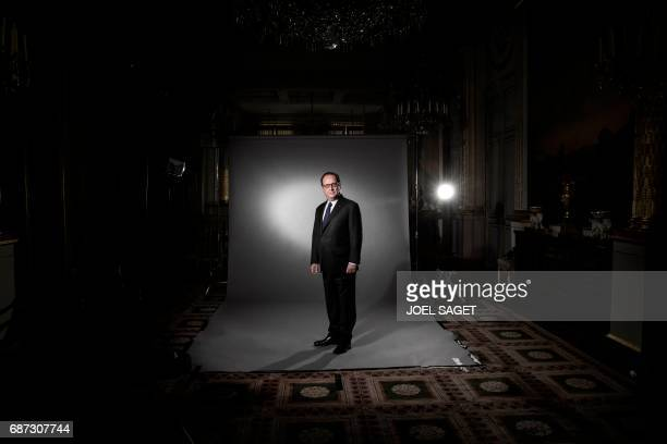 TOPSHOT French President Francois Hollande poses during a photo session at the Elysee Palace on May 11 2017 in Paris / AFP PHOTO / JOEL SAGET
