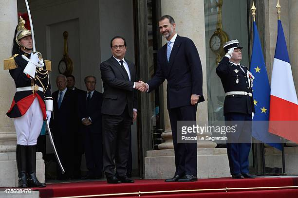 French President Francois Hollande shakes hand with King Felipe of Spain VI in the courtyard of the Elysee Palace during day 1 of the Spanish Royal...
