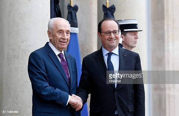 French President Francois Hollande welcomes Former Israeli President Shimon Peres prior to a meeting at the Elysee palace on March 25, 2016 in Paris....