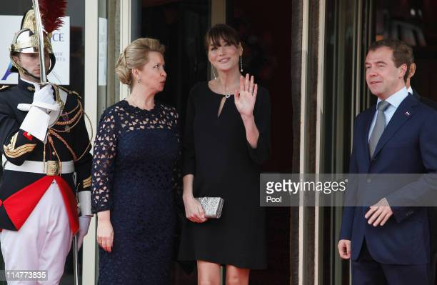French President Nicolas Sarkozy and his pregnant wife Carla BruniSarkozy greet Russian President Dmitry Medvedev and his wife Svetlana Medvedeva at...