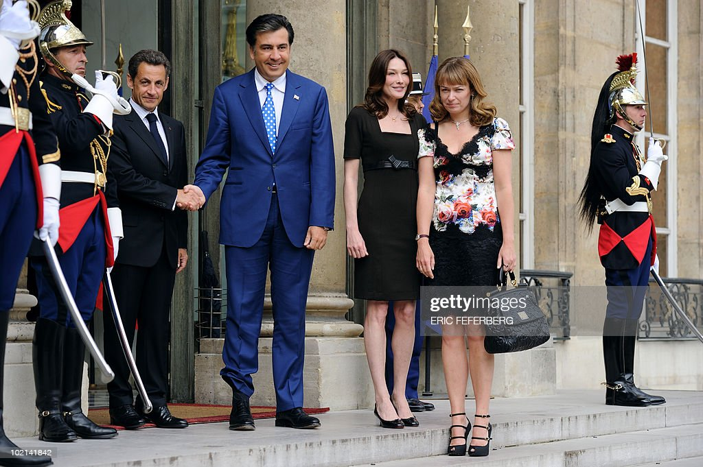 French President Nicolas Sarkozy (L) and his wife Carla Bruni-Sarkozy (2ndR) welcome his Georgian countepart Mikheil Saakashvili (2ndL) and his wife Sandra Elisabed Roelofs (R) on June 8, 2010 at the Elysee Palace in Paris. Saakashvili is on a three-day official visit in Paris.