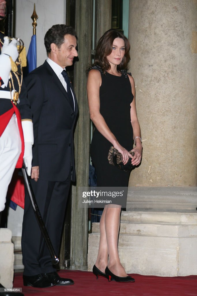 French president Nicolas Sarkozy and his wife Carla Bruni-Sarkozy attend the dinner honoring Iraq President Jalil Talabani at Elysee Palace on November 16, 2009 in Paris, France.