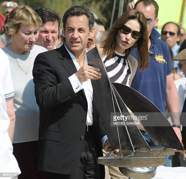 French President Nicolas Sarkozy and wife First Lady Carla BruniSarkozy flanked by Marisa BruniTedeschi Carla Sarkozy's mother hold the trophy during...