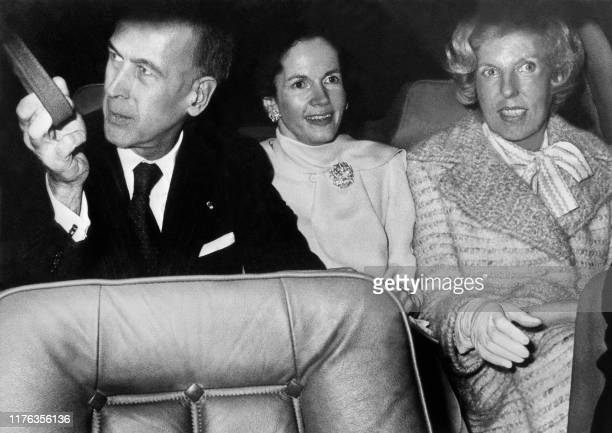 French President Valéry Giscard D'Estaing and his wife Anne-Aymone pick up Claude Pompidou, former French First lady, 31 January 1977 on their way to...