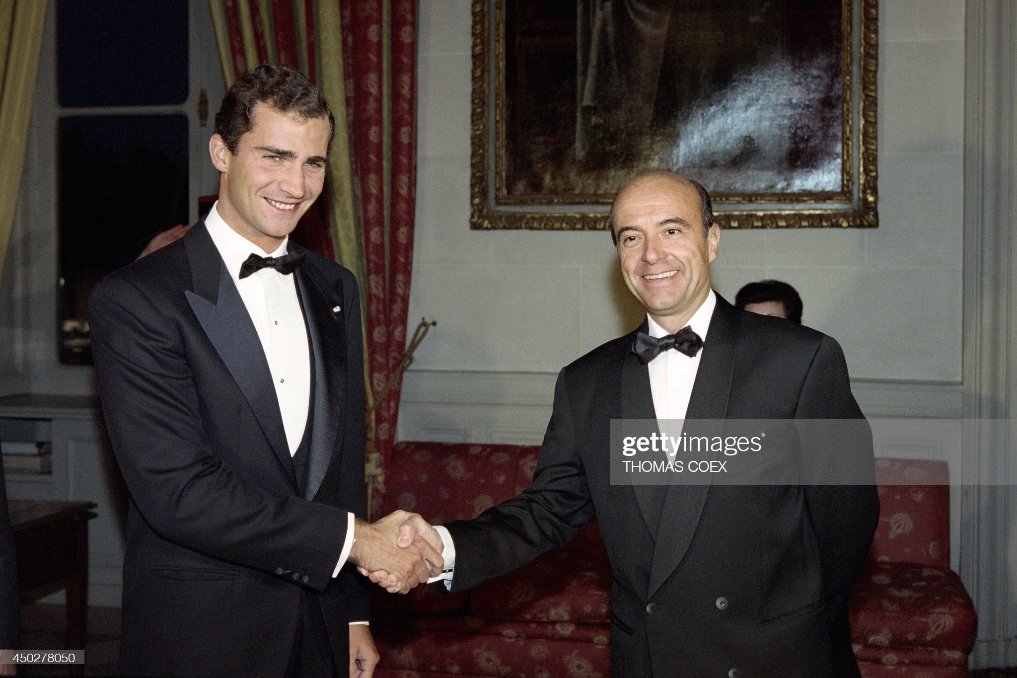 french-prime-minister-alain-juppe-greets-on-october-1-1996-the-prince-picture-id450278050
