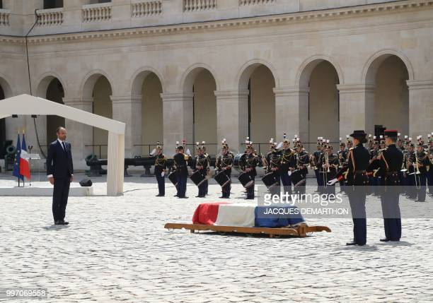 French Prime minister Edouard Philippe and French Republican Guards stand next to the coffin of French filmmaker and writer Claude Lanzmann during a...