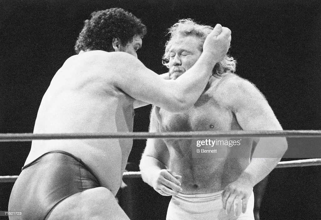 Andre The Giant Fights Big John Studd : Nachrichtenfoto