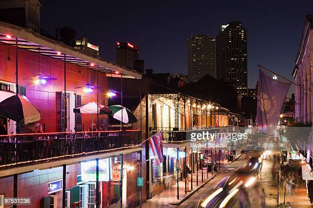 french quarter, bourbon street and city skyline - barrio francés fotografías e imágenes de stock
